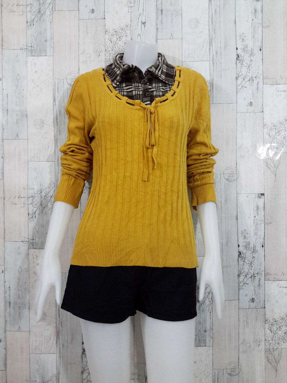 **สินค้าหมด Blouse3523 2nd hand clothes เสื้อไหมพรมร่อง(เนื้อหนามีน้ำหนัก) แขนยาว สีพื้นเหลืองมัสตาร์ด แต่งคอปกเชิ้ตลายสก็อต