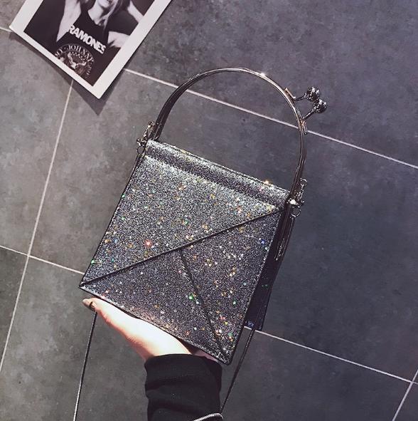 [ พร้อมส่ง ] - กระเป๋าถือ/สะพาย สีเงินวิ้งค์ๆ ขนาดใบเล็กๆ กระทัดรัด ดีไซน์สวยเก๋หัวบิดเปิดกระเป๋า ดูดี งานสวยน่ารักค่ะ