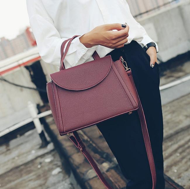 [ ลดราคา ] - กระเป๋าแฟชั่น ถือ&สะพาย สีไวน์แดงเข้ม ใบกลางๆ ดีไซน์สวยเท่เก๋ๆ งานหนังคุณภาพ เหมาะสำหรับสาวๆ Working Woman เท่ๆสุดๆน่าใช้