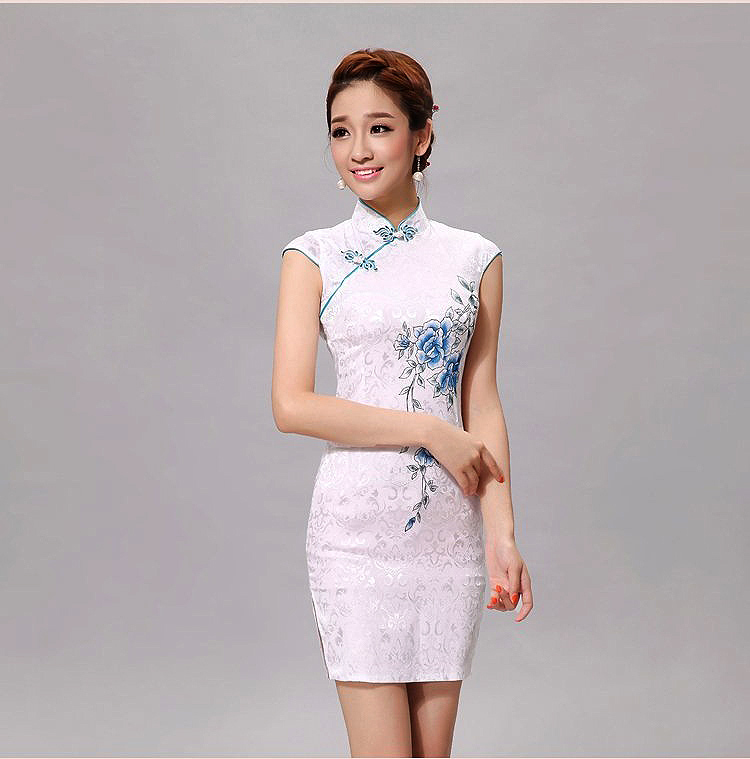 ชุดกี่เพ้าสีขาวคริบสีฟ้าลายดอกสีฟ้าสวยมากเหมาะกับใส่เป็นเพื่่อนเจ้าสาวหรือออกงาน