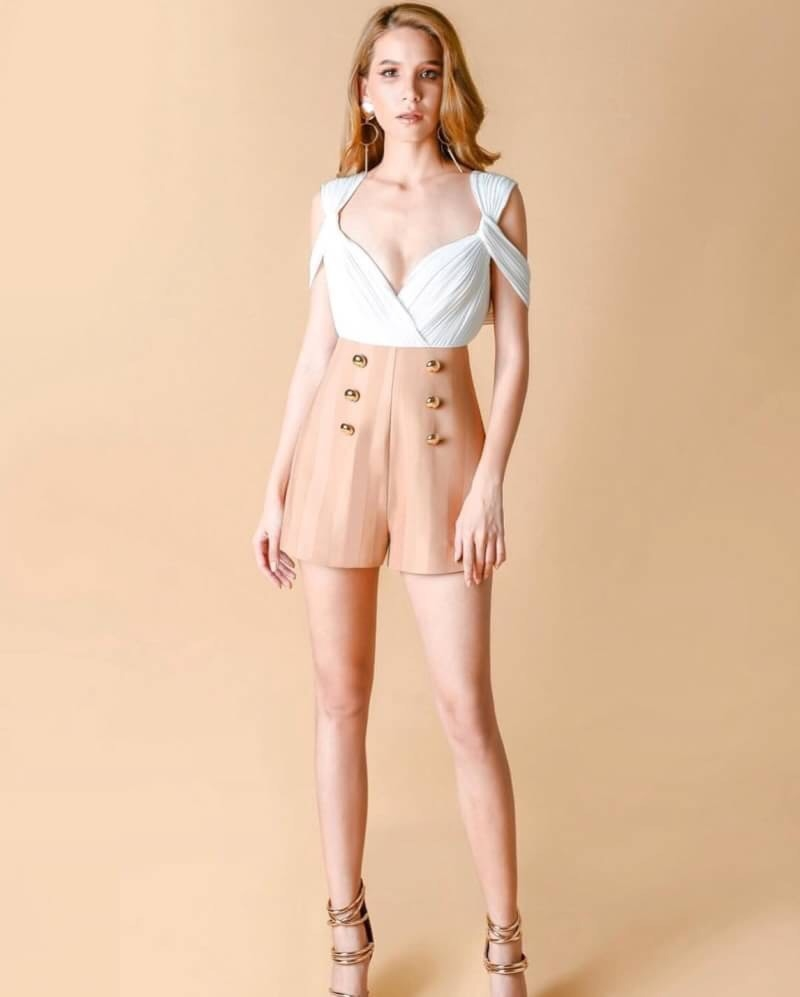 jumpsuitขาสั่น มากับดีไซน์สุดเฉี่ยว เป็นไหล่ตก ช่วงตัวเสื้อใช้ผ้าย่นสีขาวไขว้หน้า ช่วงกาวเกง