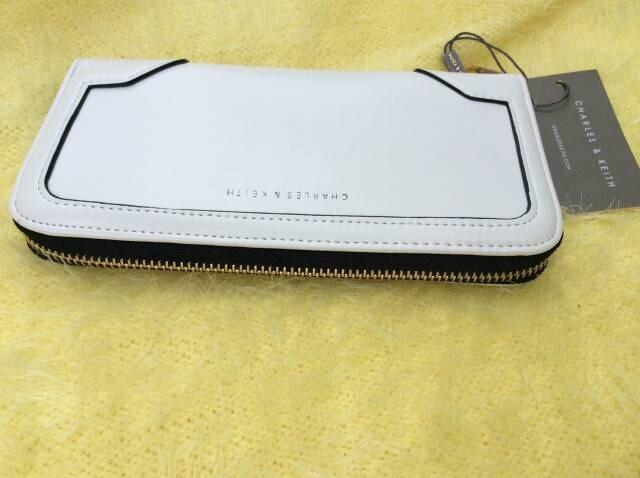 charles&keith Zip wallet กระเป๋งสตางค์ อะไล่สีทอง มีช่องใส่บัตร14ช่อง 2ช่องใหญ่ 1ช่องซิป มีสี : ขาว ไม่มีถุงผ้า size : 21*11cm ราคา 1290 บาท