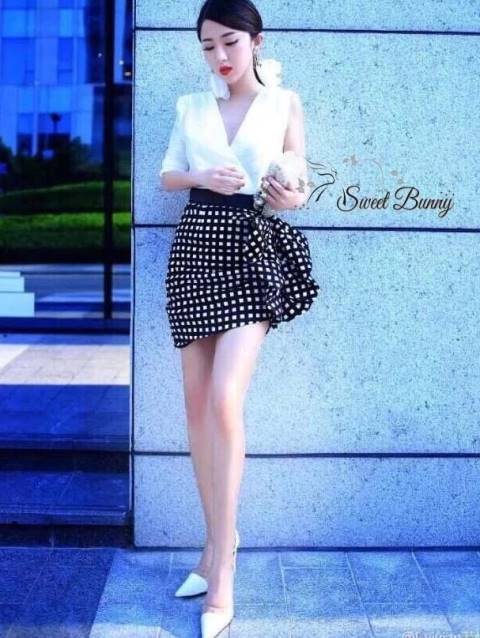 เสื้อผ้าเกาหลี พร้อมส่ง เดรสงานแบรนด์ เสื้อเป็นผ้าเนื้อเงามันสวยเนื้อดีมีน้ำหนัก กระโปรงด้านข้างตัดเย็บแบบเก๋เป็นชั้นๆ