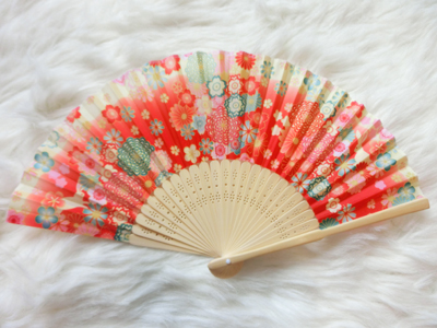 Kimono fan (sensu / ougi) พัดญี่ปุ่นลายกระต่ายกลางทุ่งดอกไม้ สีแดงอมส้ม