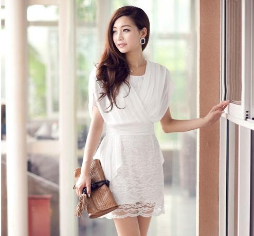 ชุดเดรสสั้นสีขาว ผ้าชีฟอง คอวี ซิปหลัง ช่วงกระโปรงเย็บผ้าลูกไม้สวยหรู