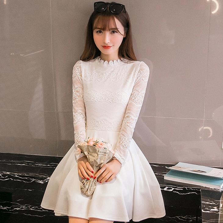 ชุดเดรสสั้นสีขาว ผ้าลูกไม้ แขนยาว