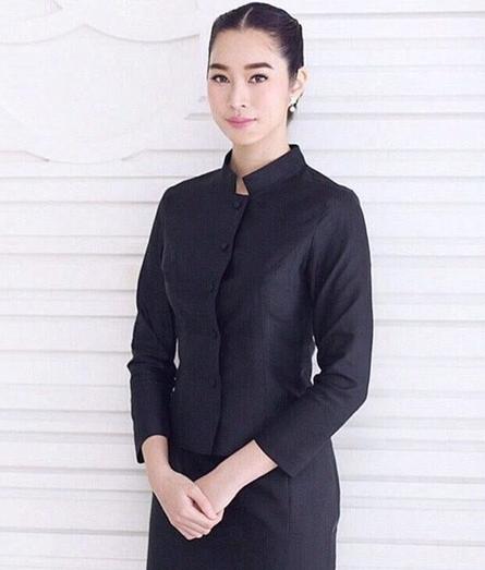 ชุดไทยจิตรลดาสีดำ ชุดถวายบังคมพระบรมศพ แบบแอฟ ทักษอร ไหล่เรียบ กระดุมหน้า เย็บตีเกล็ดเว้า คุณภาพงานพรีเมี่ยมเกรด