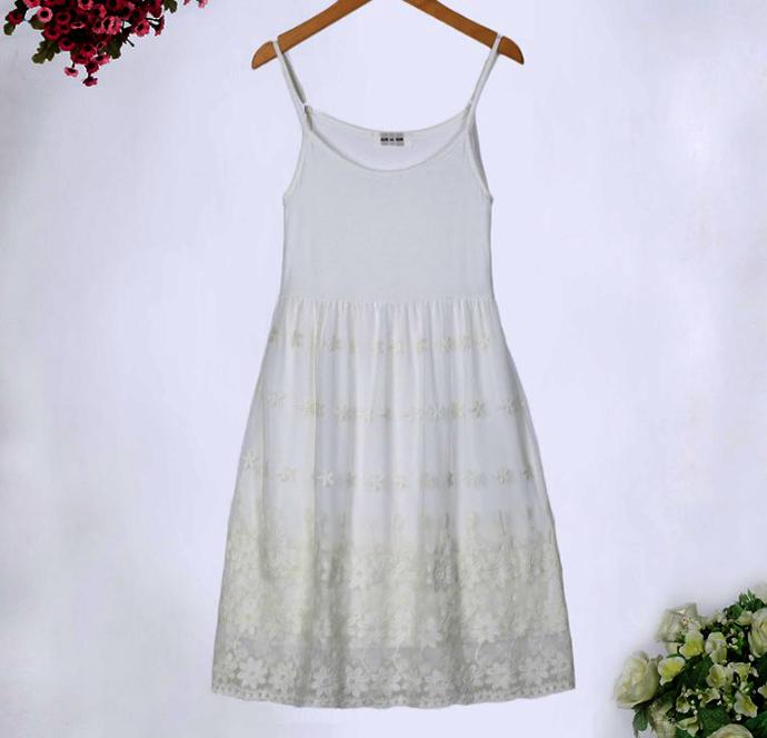 ชุดกระโปรงซับในผ้ายืดสีขาว ต่อกระโปรงผ้ามุ้งปักลายดอกไม้