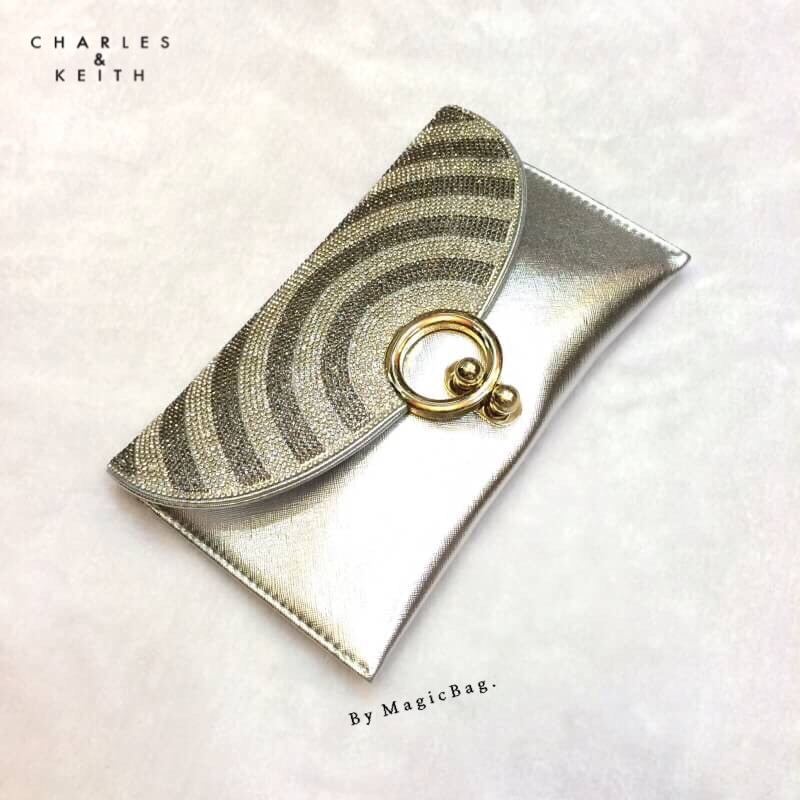 """กระเป๋าแฟชั่น สไตล์ Charles & keith Clutch bag diamond คลัทช์เพชรวิ้งๆ ลายเก๋ มีสไตล์ ทรงฝาปิด แต่งห่วงอะไหล่ทอง เปิดใช้งานง่าย งานเย็บปราณีต พร้อมสายโซ่ยาว ถือสวย สะพายหรู มี 4 สีดำ เงิน ทอง เทา Size 0.5 x 10 x 6"""""""