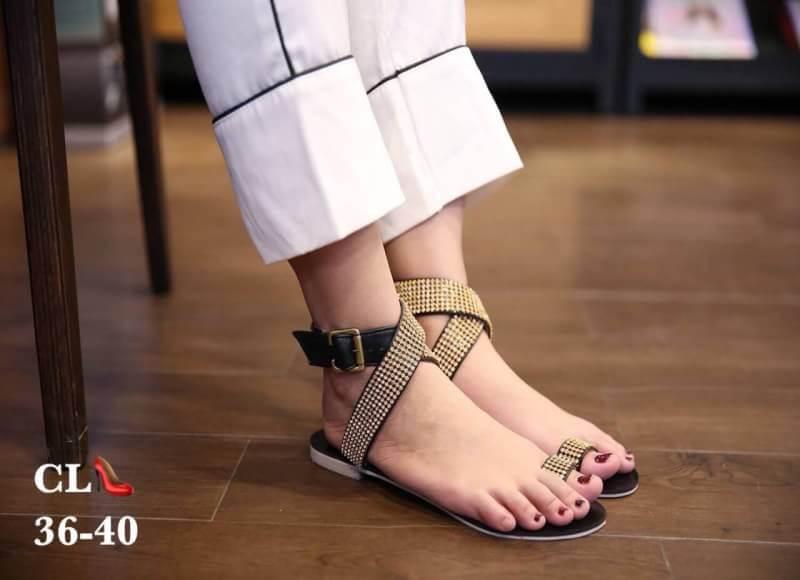 รองเท้าแตะแฟชั่น แบบสวมนิ้วโป้ง รัดข้อ แต่งอะไหล่คริสตัลสวยหรู สายไขว้พันข้อเก๋มาก หนังนิ่ม ทรงสวย ใส่สบาย แมทสวยได้ทุกชุด