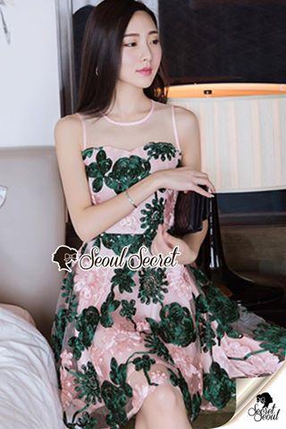 เดรสเก๋ๆ ดูสวยสดใสด้วยโทนสีชมพูแต่งด้วยโทนสีเขียว สีสวยเก๋มากคะ งานสวยด้วยเนื้อผ้าเน็ทซีทรูทอแต่งลายด้วยริบบิ้นแบบลอยตัวนำมาประดิษฐ์แต่งเป็นลายดอกไม้ทั้งตัว ช่วงบ่างานสวยด้วยดีเทลงานเย็บแต่งด้วยผ้าซีทรู
