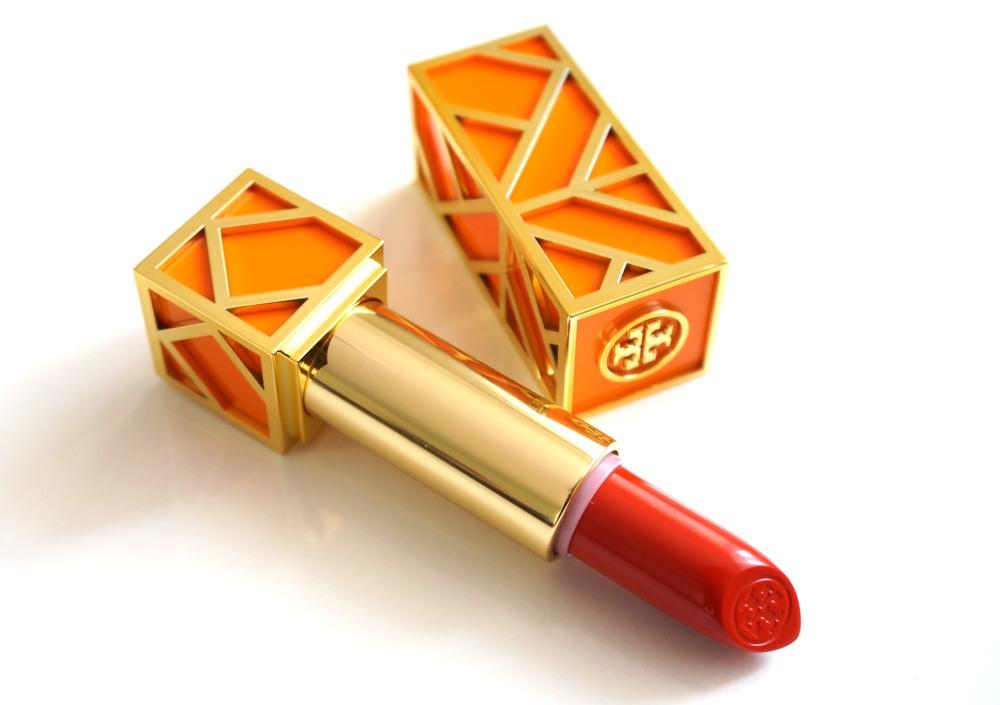 **พร้อมส่ง**Tory Burch Lip Color เบอร์ 04 Smack Dab สีส้มอมแดง ลิปสติกแพคเกจสีส้มสุดเลิศหรู ที่ผู้หญิงต้องตกหลุมรัก เนื้อลิปสติกเป็นเนื้อเชียร์ ที่ให้เนื้อสัมผัสเข้มข้น แต่ให้ความรู้สึกบางเบา มีกลิ่นหอมอ่อนบางของกลิ่น Cassic, Grapefruit และ Madarin จากน้