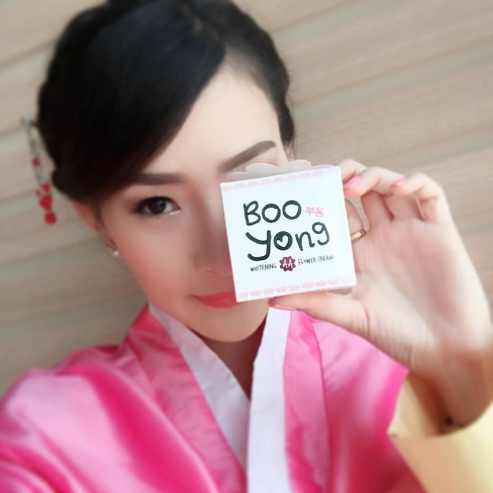 **พร้อมส่ง**BOO Yong Whitening AA Flower Cream 15g. สวยหน้าสดโชว์หน้าเงา ผิวหน้าขาว กระจ่างใสใน 3 วัน ผิวหน้าฉ่ำ วาว ขาว กับครีมดอกไม้ขาวสูตรลับโบราณจากเกาหลี ที่จะทำให้ผิวคุณขาวใสแบบสาวเกาหลีอย่างที่คุณนึกไม่ถึงว่าจะเป็นไปได้ การันตีด้วยยอดขายกว่า 100,00
