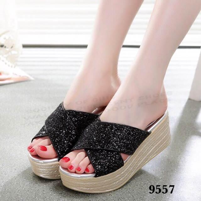 รองเท้าลำลองส้นเตารีด MIUMIU Gliter (สีดำ)