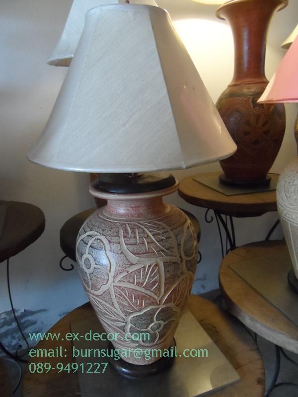 โคมไฟตั้งโต๊ะ ทำจากแจกันดินเผาด่านเกวียน แกะลายลีลาวดีทรงแจกันำ สีโคลนน้ำตาล