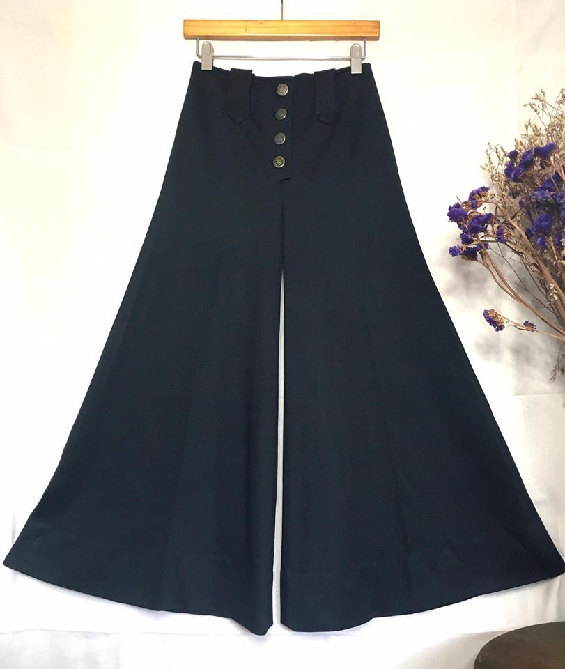 vintage pant : งานวินเทจแท้ กางเกงขาบานสีดำสนิท เอวฟิก เอวไม่สูงมากนะคะ ประมาณสะดือ แต่งกระดุมหน้า งานหายากนานๆได้มาที