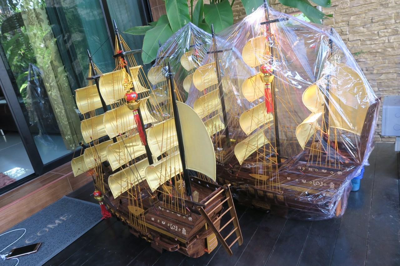 เรือสำเภา เป็นเคล็ดลับที่บูชา แล้วเจริญรุ่งเรืองแบบทวีคูณ ไม้พยุง ไม้สักและไม้เจริญสุข ทั้ง 3 เนื้ออยู่ในเรือรำเดียวกัน ไม้นี้ครบครอบจักรวาลค่ะ จะช่วยเรื่องพยุงธุรกิจการค้า มีอำนาจบารมี มีศักดิ์ศรีมีความสุข มั่งคั่งร่ำรวย ซึ่ง เรือสำเภาจีนแต้จิ๋วนี้จะ อ้ว