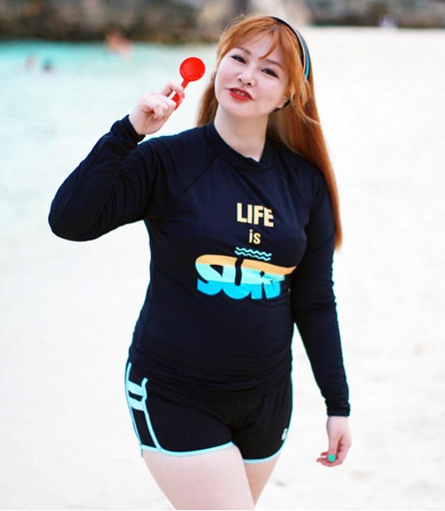 ชุดว่ายน้ำคนอ้วน แบบสปอร์ตพร้อมส่ง :ชุดว่ายน้ำไซส์ใหญ่สีดำแขนยาวแต่งลายอักษรขอบฟ้า set 4 ชิ้น มีเสื้อแขนยาว บรา บิกินี่ กางเกงขาสั้น แบบสวยน่ารักมากๆจ้า:รายละเอียดไซส์คลิกเลยจ้า