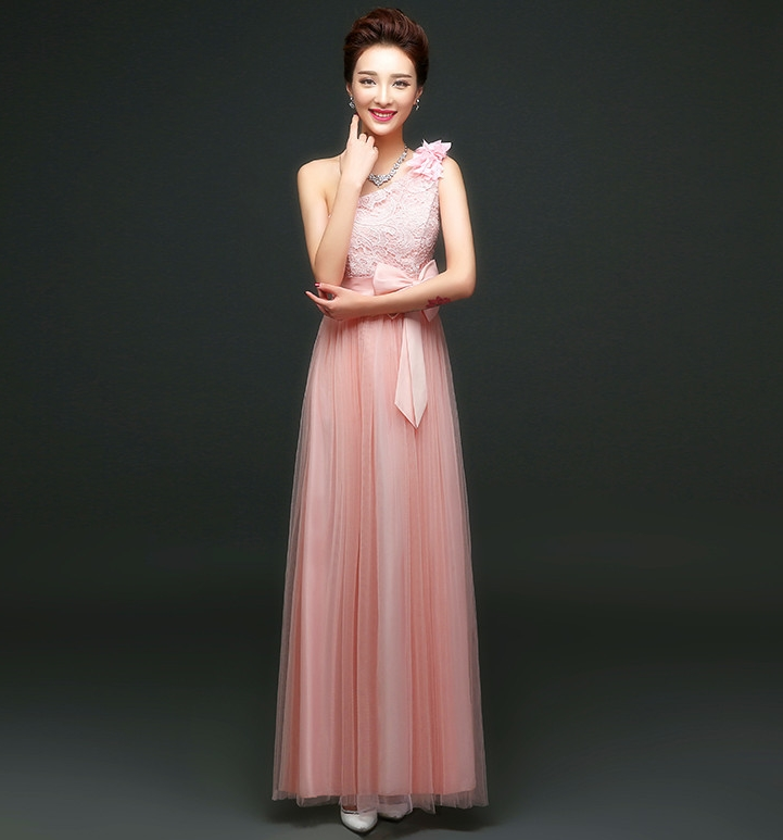 ชุดราตรียาวสีชมพู ไหล่เฉียงแต่งดอกไม้ ตัวเสื้อผ้าลูกไม้ แต่งโบว์ กระโปรงผ้าซีทรู ลุคสาวหวาน เรียบร้อย ดูดี