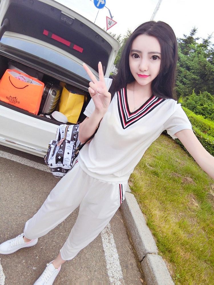 ชุด 2 ชิ้น เสื้อแฟชั่น คอวี ลายแถบ แขนสั้น + กางเกง5 ส่วน เอวสม๊อค สีขาว
