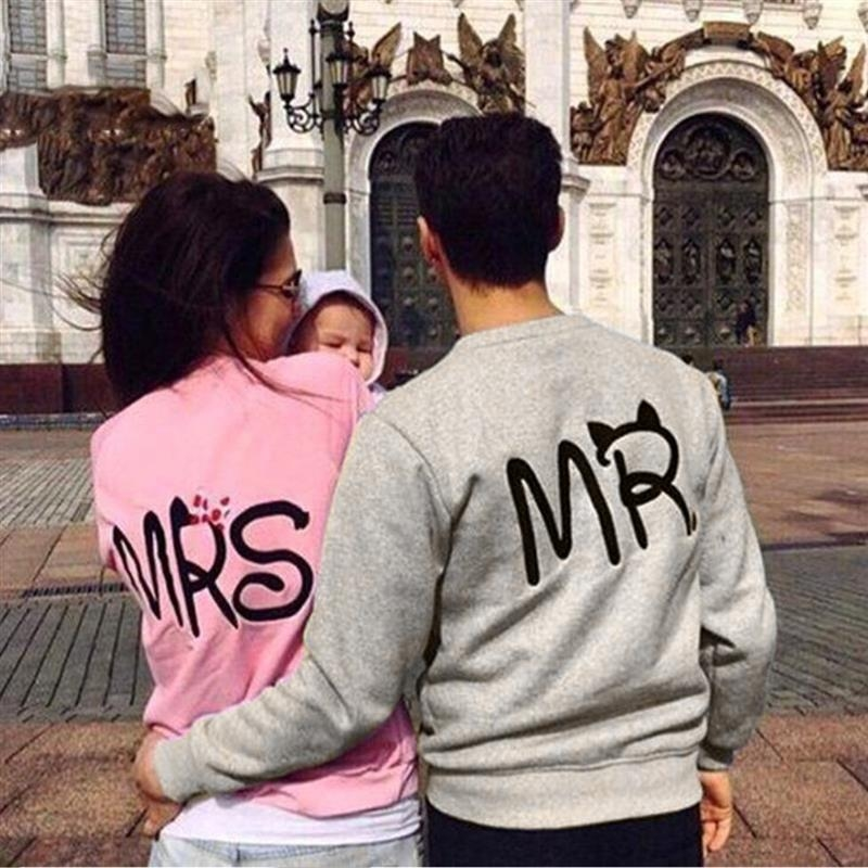 ชุดคู่รัก ชาย เสื้อคอกลม แขนยาว ลาย Mr สีพื้น สีเทา + หญิง เสื้อคอกลม แขนยาว ลาย Mrs สีพื้น สีชมพู (2ตัว)
