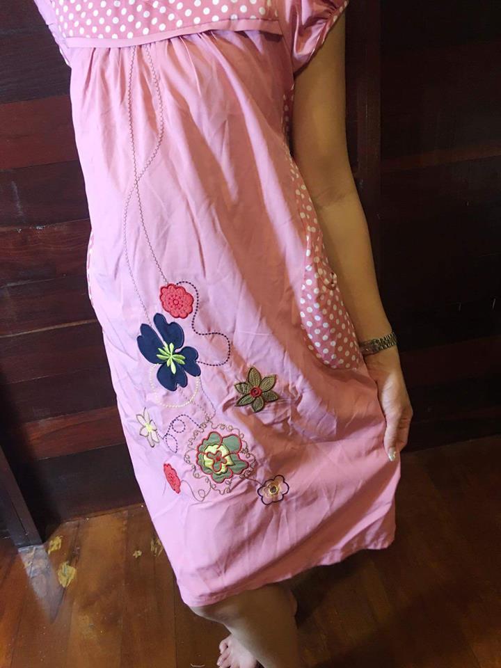ชุดคลุมท้องสีชมพูปักลายดอกไม้ทำให้ชุดดูไม่น่าเบื่อค่ะ ใส่ทำงาน ได้เรียบร้อย ชุดใส่สบายมีซับใน+เชือกผูกหลัง+กระเป๋าข้าง