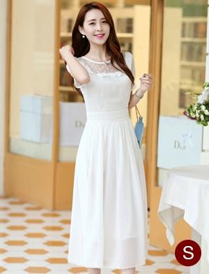 ชุดเดรสยาวสวยๆ สีขาว ผ้าชีฟอง คอกลม ช่วงไหล่แต่งด้วยผ้าซีทรูจับจีบระบาย แขนสั้น เอวคาดด้วยผ้า ซิปข้าง ซับในทั้งตัว ขนาดไซส์ S