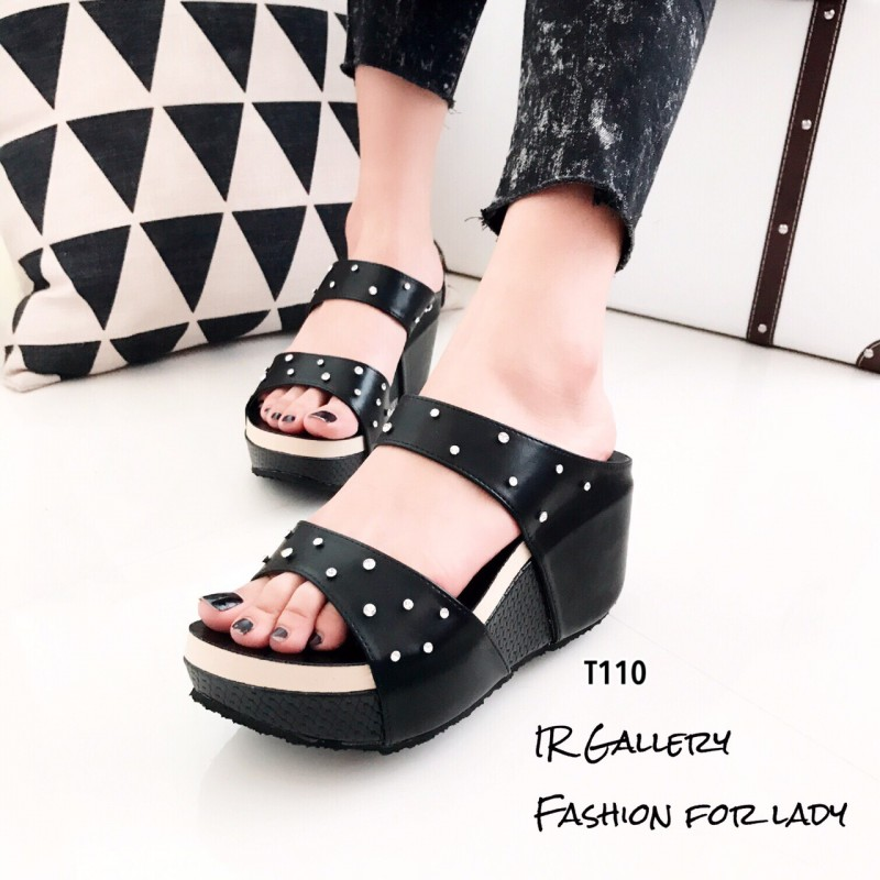 รองเท้าส้นเตารีดเปิดส้นสีดำ สายคาดสองตอน ประดับอะไหล่เพชร (สีดำ )