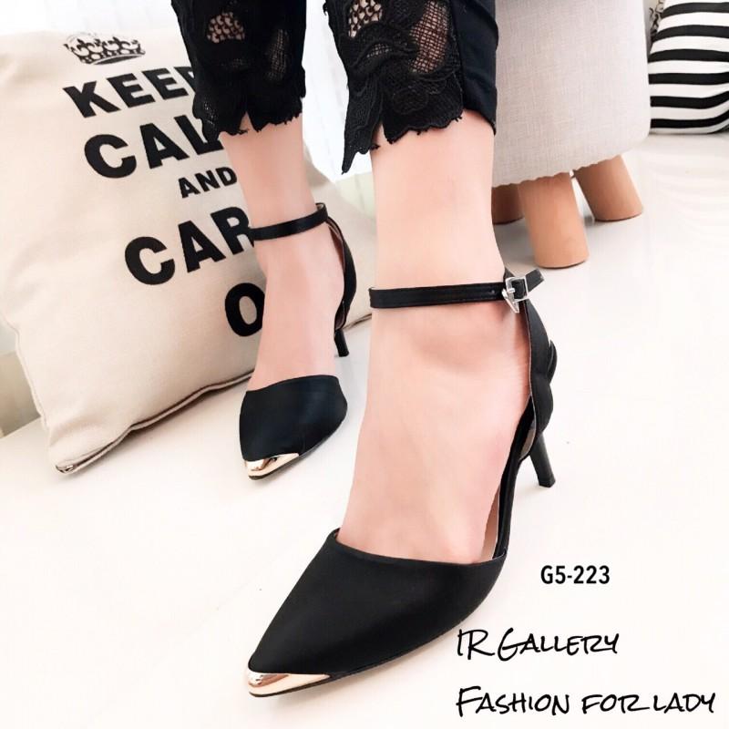 รองเท้าส้นเข็มรัดข้อสีดำ ผ้าซาติน หัวแหลมหุ้มสีทอง (สีดำ )