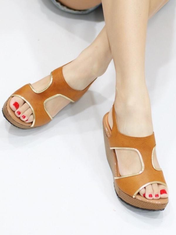 รองเท้าแตะส้นเตารีด แบบสวม คาดแถบสายด้านหน้า (สีน้ำตาล )
