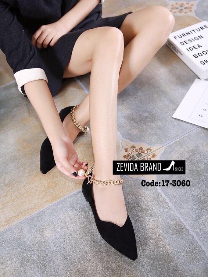 รองเท้าคัทชูส้นเตี้ยสีดำ หัวแหลม แต่งโซ่ทองประดับมุก (สีดำ )