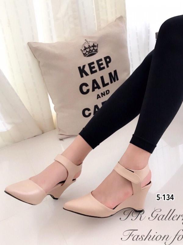 รองเท้าส้นเตารีด แบบรัดส้น หัวแหลม (สีครีม )