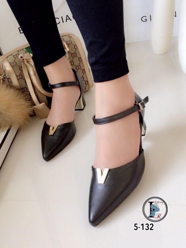 รองเท้าส้นสูงแบบรัดส้น ส้นเหลี่ยม หน้าวี (สีดำ )
