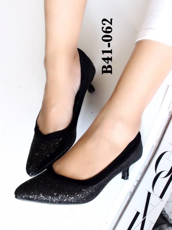 รองเท้าคัทชู หัวแหลม หนังนิ่มติดเกร็ดเลือ่ม ตัดขอบยางยืด (สีดำ )