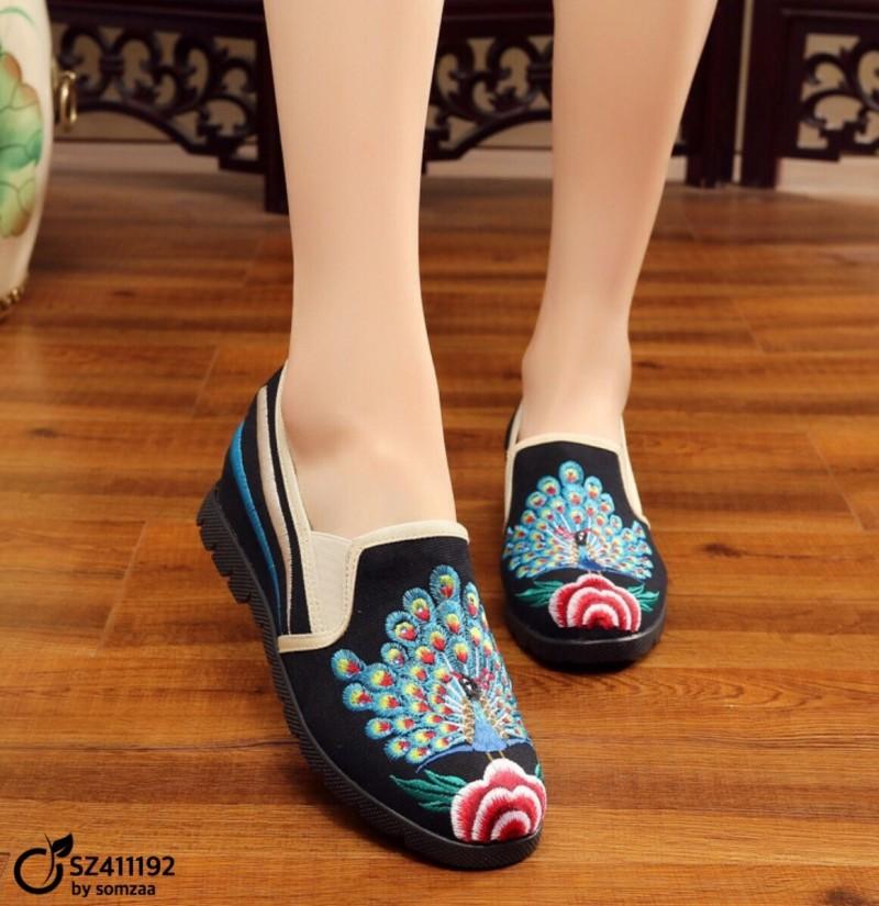 รองเท้าคัทชูผู้หญิงสีดำ วัสดุผ้าทอ แต่งลายปักรูปนกยูงรำแพน (สีดำ )