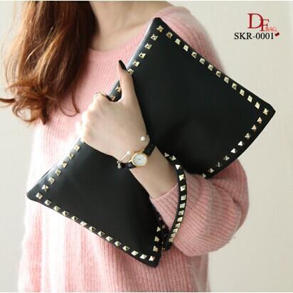 กระเป๋าถือ กระเป๋าคลัช Style Valentino ดีไซน์ประดับอะไหล่หมุดสีทอง [สีดำ ]