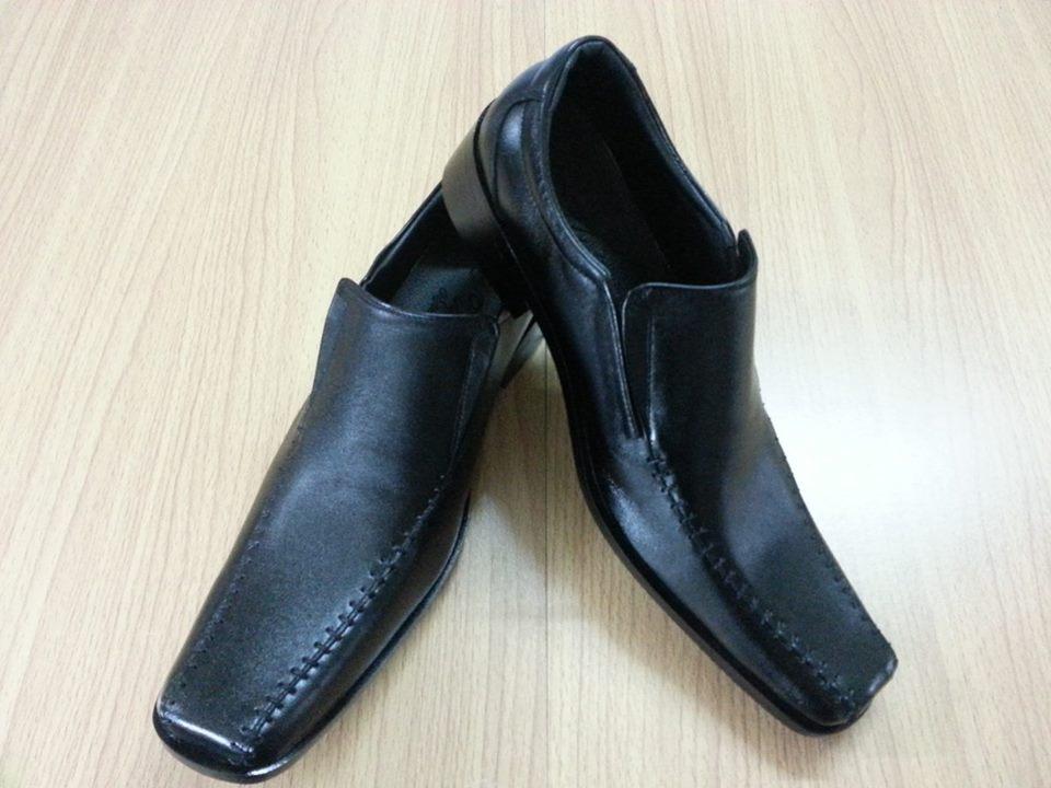 รองเท้าหนังแท้ใส่ทำงาน หนังแท้สีดำ แต่งลายเย็บขอบ
