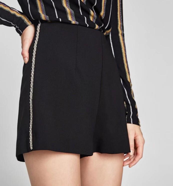 กางเกงขาสั้นสีดำแต่งมุกด้านข้างสวยเก๋