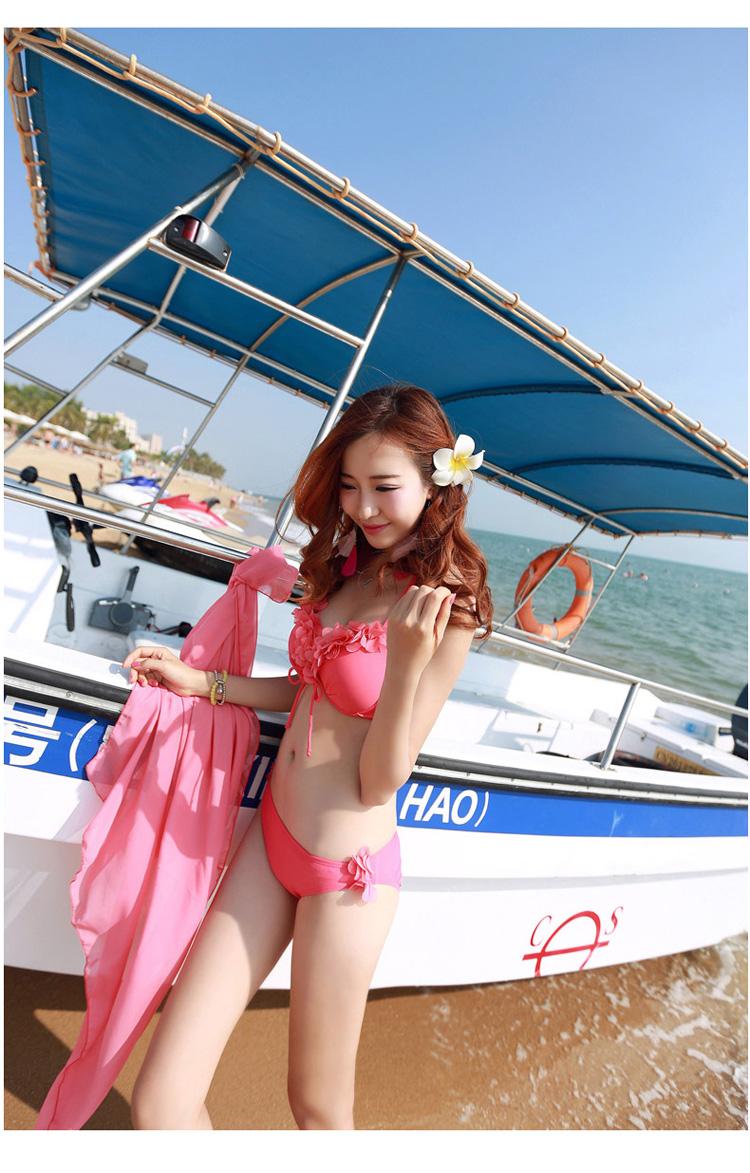 ชุดว่ายน้ำสีชมพูปาดไหล่