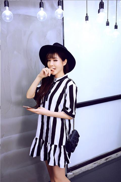 รับตัวแทนจำหน่ายชุดเดรสทำงานแฟชั่นเกาหลีลายทางสีขาวดำเก๋ๆ