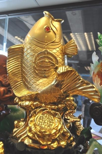 ปลาหลี่ฮื้อเล่นน้ำบนดอกโบตั๋น เหลือกินเหลือใช้ ค้าขายร่ำรวย