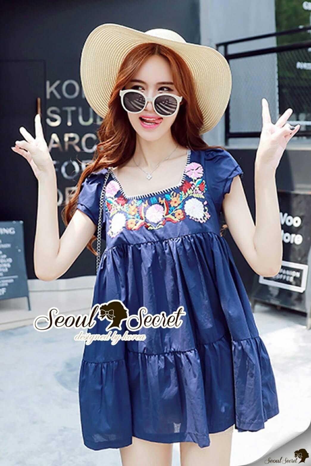 Seoul Secret Say's ....Bohe Lady Stickly Dress Material : สวยหวาน่ารักๆ สไตล์สาวเกาหลี ด้วยเสื้อตัวยาวทรงคอเหลี่ยม เนื้อผ้าคอตตอน มีดีเทลน่ารักๆ สวยๆ ด้วยงานปักแต่งประดับเป็นลายดอกไม้สไตล์าวโบฮีเมียนแต่งที่ช่วงอก ใส่ง่ายแมตซ์ง่าย ใส่กับอะไรก็ดูน่ารัก