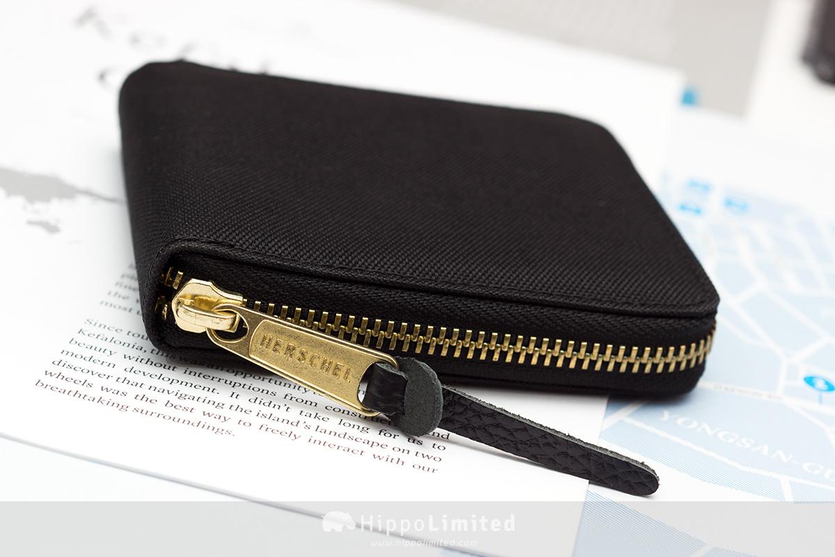 กระเป๋าสตางค์แบบซิปรอบ Herschel Walt Wallet - Black ซิปสีทองตัวช่วยดึงหนังแท้