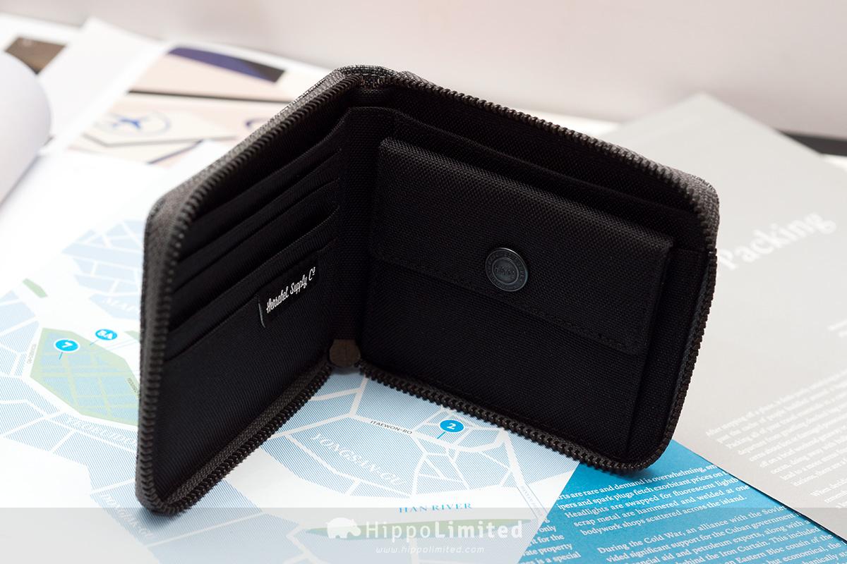 กระเป๋าสตางค์แบบซิปรอบ Herschel Walt Wallet - Raven Crosshatch ด้านในสีดำมีที่ใส่บัตร