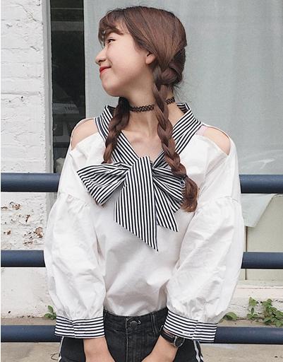 เสื้อแฟชั่นเกาหลี แขนยาวสีขาว แต่งเปิดไหล่ คอเสื้อผูกโบว์