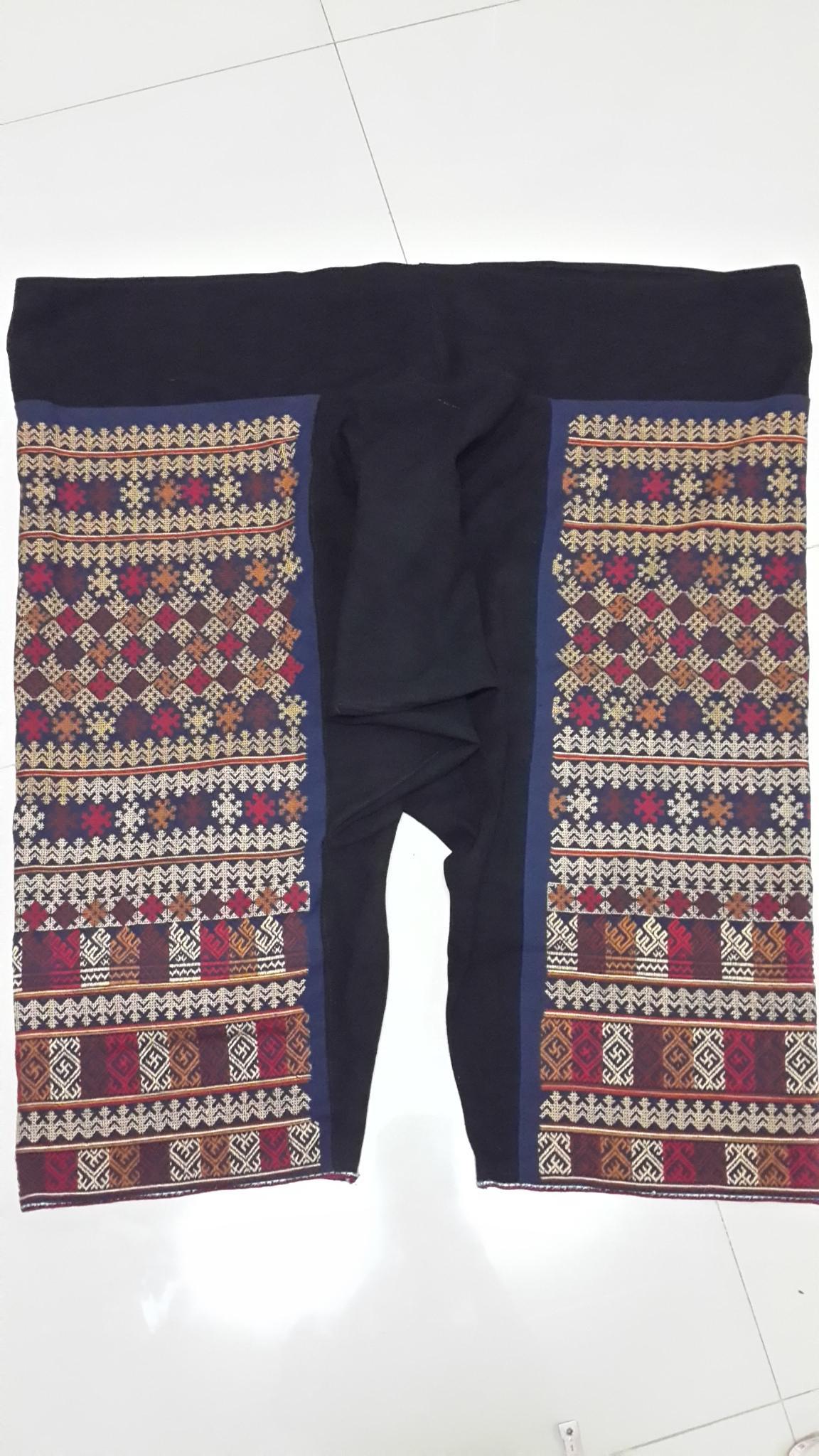 กางเกงผ้าปักมือ ลายโบราณทั้งผืน โทนสีน้ำตาลแก่ มีสายมัดเอว