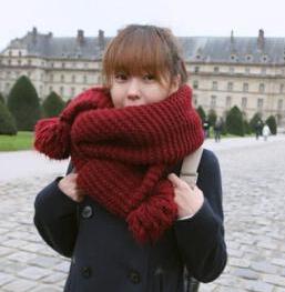 ผ้าพันคอไหมพรม แต่งสีแดง ปลายมีจุด