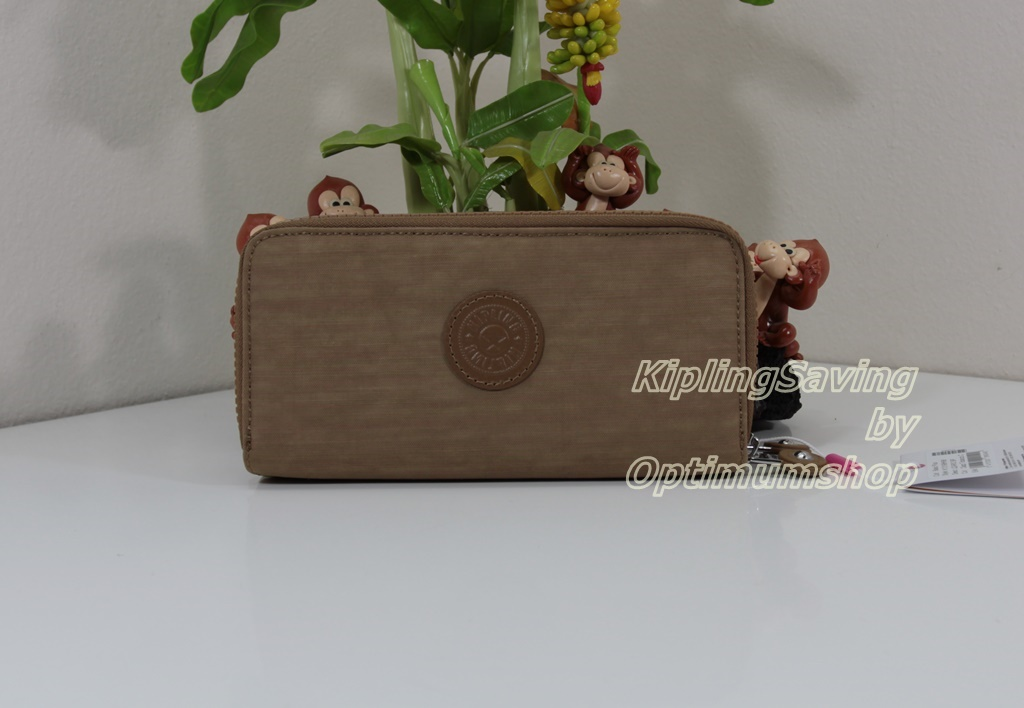 Kipling Uzario Dazz Tobacco C เป็นกระเป๋าสตางค์ใบยาวแบบ 2 ซิปรอบ ขนาด 10 L x 18.5 H x 3.5 W cm