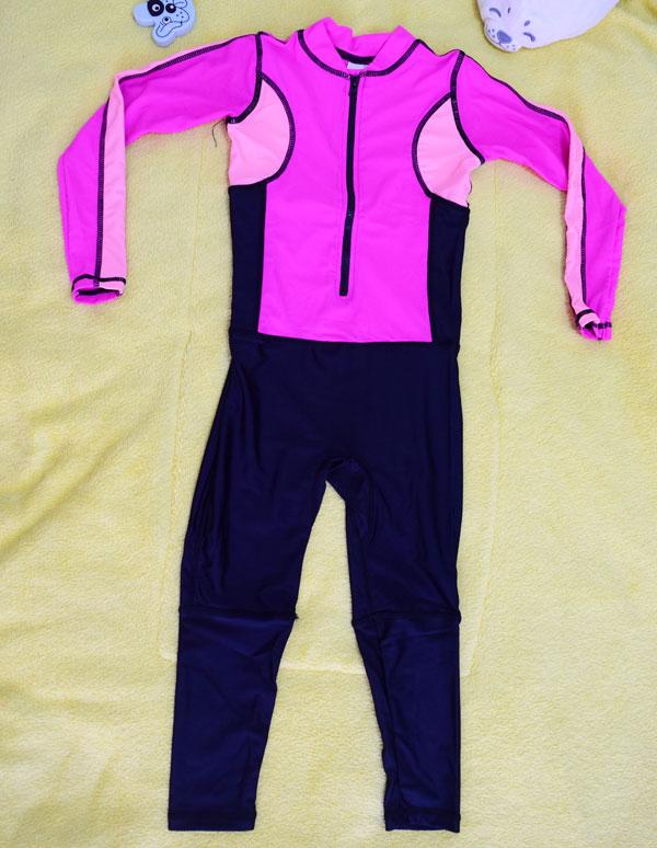 ชุดว่ายน้ำเด็กบอดี้สูท แบบแขนยาว ขายาว ท่อนบนสีชมพู ท่อนล่างสีดำ มีซิบหน้า น่ารักสดใส