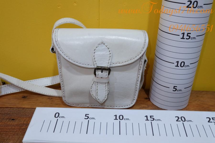 กระเป๋าหนังฟอกฝาดทำสีขาวสะพายข้าง